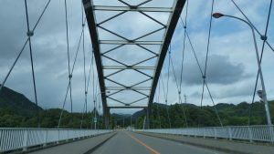 2_白い大きな鉄橋を渡ります